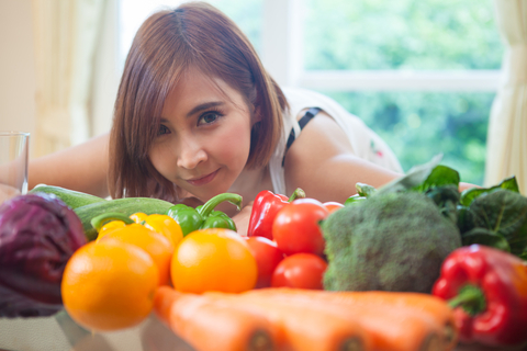 woman-cooking-healthy-diet-weight-loss